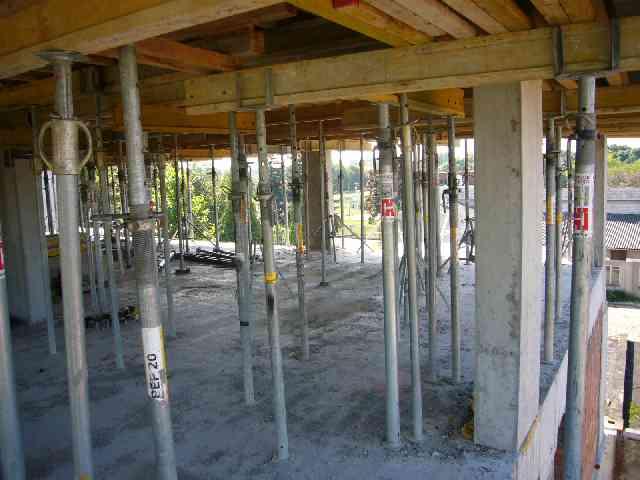 Zalewanie stropów w budynku II etapu osiedla Akacjowa Aleja